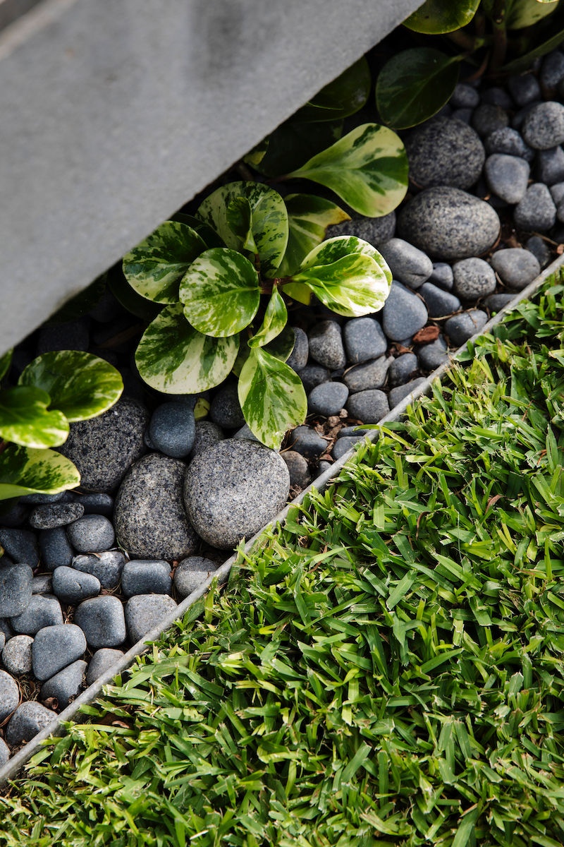 GardenDesign-Pebbles-Plants-Grass